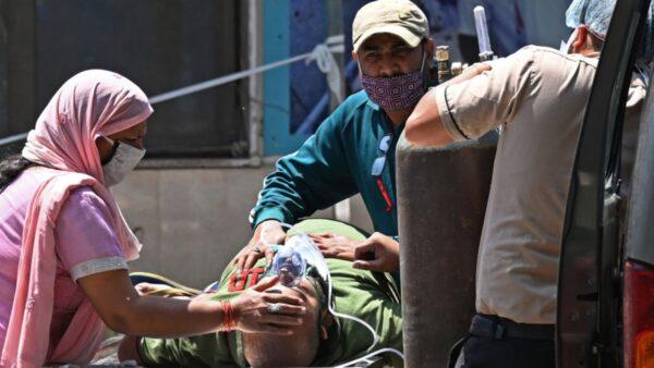 印度单日确诊35万破纪录 新德里封锁再延期