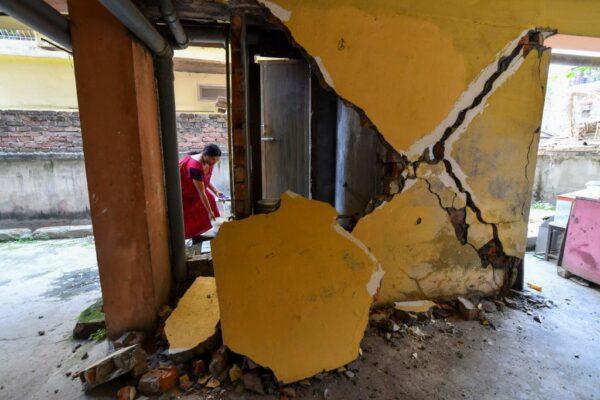 规模6强震袭印度阿萨姆 房屋崩裂民众涌入街道