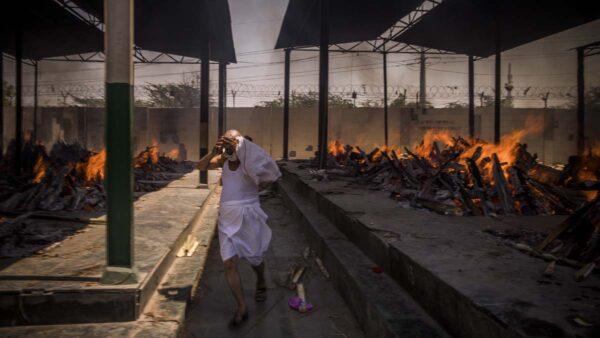 印度爆變種病毒如煉獄 街邊設臨時火葬場仍不夠用