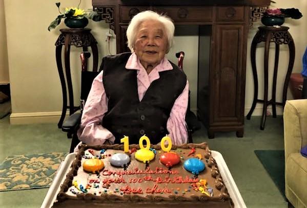 Ảnh: Chen Meihe, một cụ bà lớn tuổi người Trung Quốc, vui mừng kỷ niệm sinh nhật lần thứ 100 vào tháng 1/2020. (Li Wenjing / epochtimes)