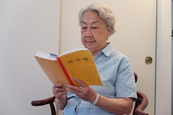 Ảnh: Bà Yu Ruhui, 90 tuổi, đang học Pháp vào năm 2017. (Xu Xiuhui / epochtimes)