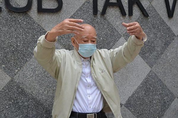 Ảnh: Trong một công viên ở Tân Giới, Hong Kong, ông Liu 92 tuổi đều đến đây mỗi buổi sáng để luyện công. (Epochtimes)