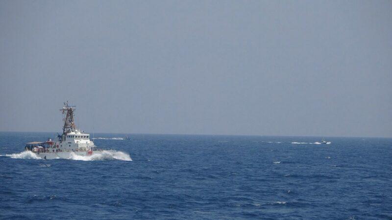 美舰护航飞弹潜舰 伊朗13艘快艇逼近遭射击驱离(视频)