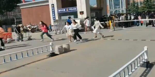 五一放假不准离校 河北大学生突破封锁冲出校门(视频)