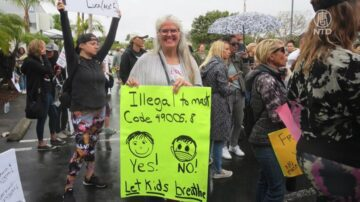 加州35地同时集会 家长吁解除口罩令