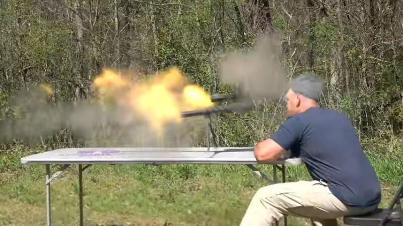 恐怖瞬間!步槍眼前爆炸 碎片割頸 美網紅險送命