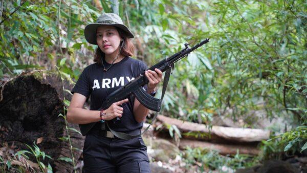 缅甸选美小姐扔掉高跟鞋 扛起枪打击军政权