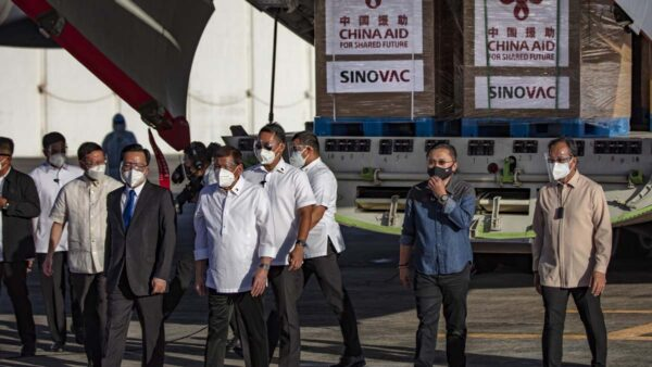 中菲关系紧张 菲总统宣布退回中使馆所捐疫苗