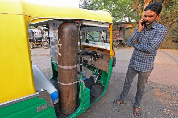 挽救人命 印度驾驶改装嘟嘟车成救护车送病患