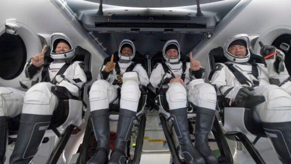 美國53年來首次 SpaceX載人龍飛船夜間成功降落