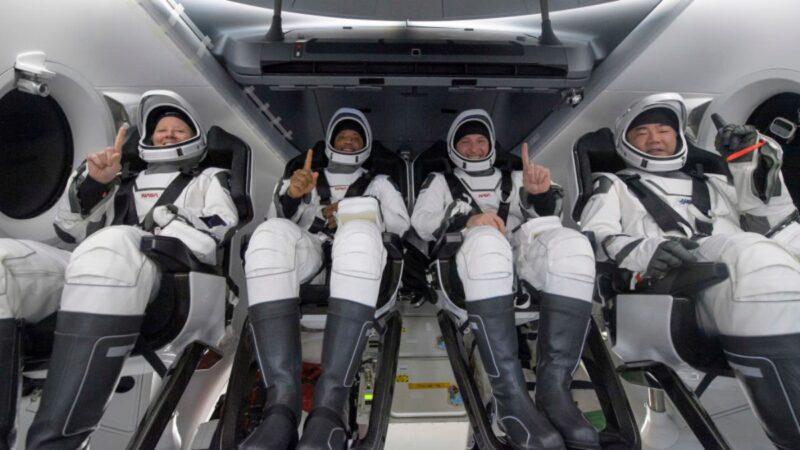 美国53年来首次 SpaceX载人龙飞船夜间成功降落