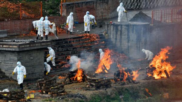印度疫情擴至周邊 尼泊爾也當街燒屍