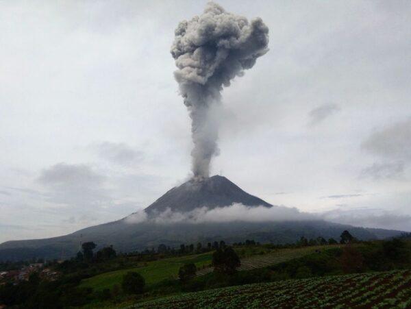 印尼西纳彭火山爆发 喷出2800公尺烟灰柱
