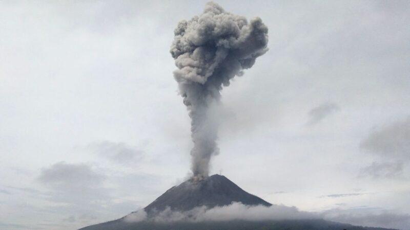 印尼西納彭火山爆發 噴出2800公尺煙灰柱