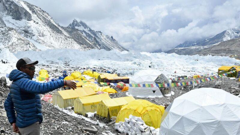 疫情威胁珠穆朗玛峰大本营 登山客冒死爬山