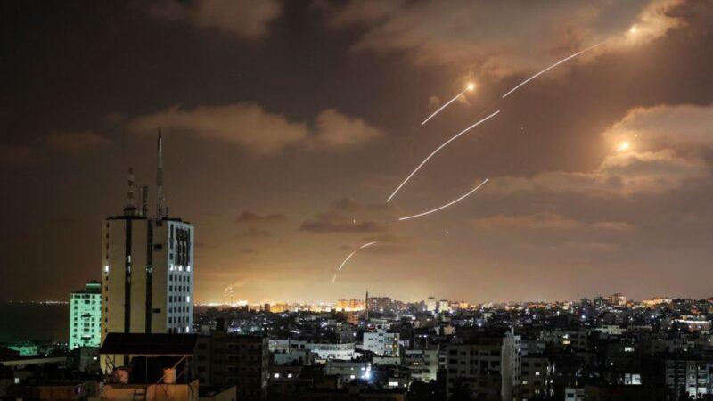 """哈马斯火箭蜂拥而至 以色列""""铁穹""""拦截影片曝光"""