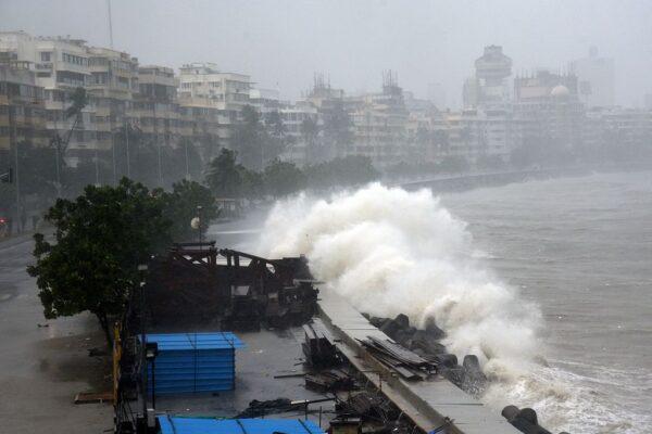 强烈气旋侵袭印度酿20死 船只受困上百人失踪