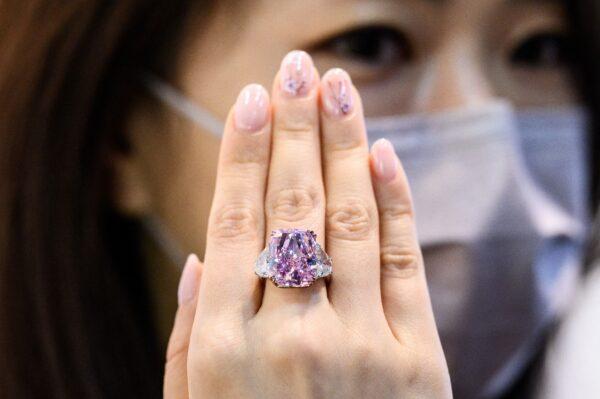 珍稀無瑕 「櫻花」紫粉巨鑽2930萬美元售出