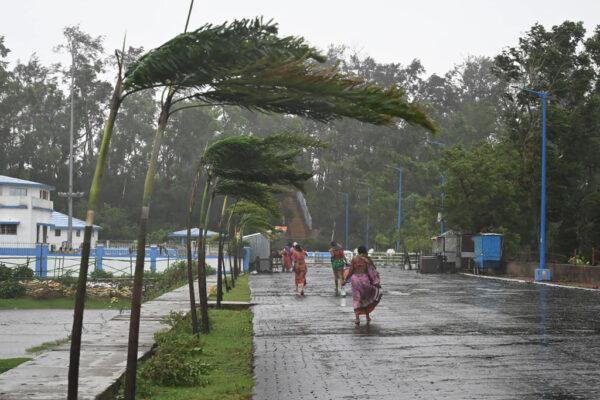 强烈热带气旋相继登陆 印度东岸急撤120万人(组图)