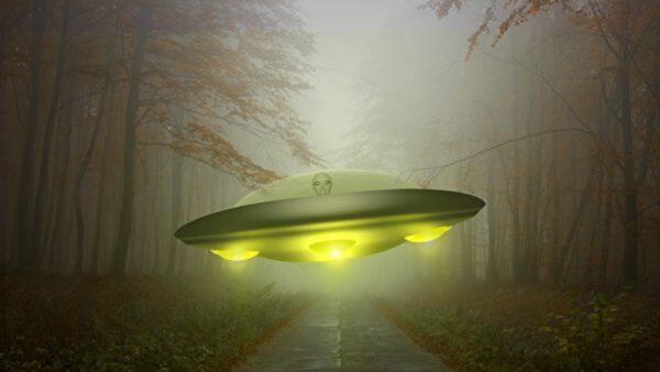 30公分高的外星人走上街道 吓坏目击者(视频)