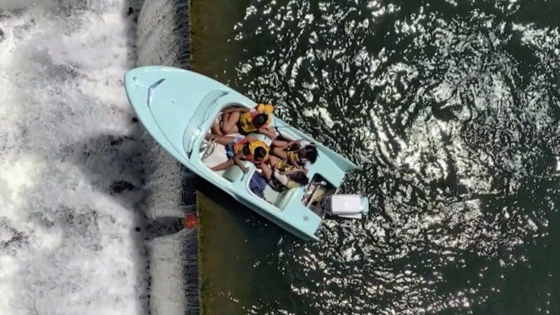 惊险!德州电动船卡水坝边缘 半截悬空摇摇欲坠