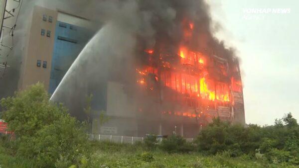 韓最大電商物流中心大火 烈焰沖天延燒逾48小時