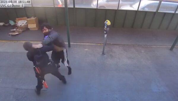 旧金山亚裔女警遭袭击 路人出手相救(视频)