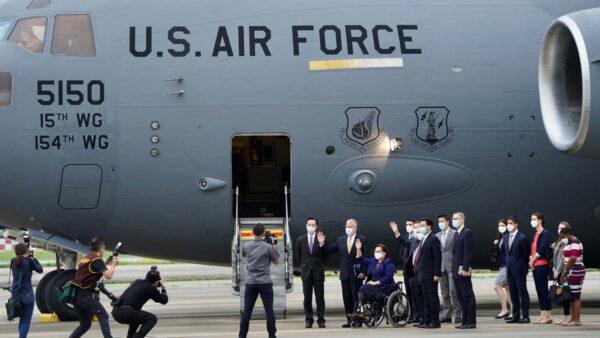 美國軍機赴台讓習難堪 中共國防部「嘴炮」出氣