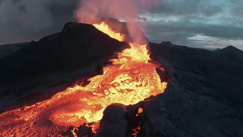 无人机拍摄冰岛火山 坠入岩浆惊险画面曝光