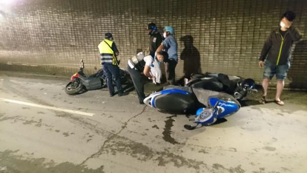 高市降雨积水骑士打滑 16机车连环撞酿6伤