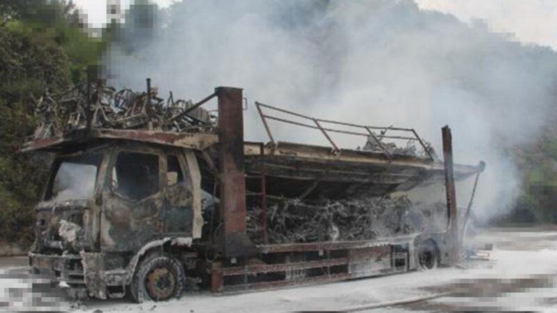 贵州货车高速路上起火 车载88辆电动车只剩车架