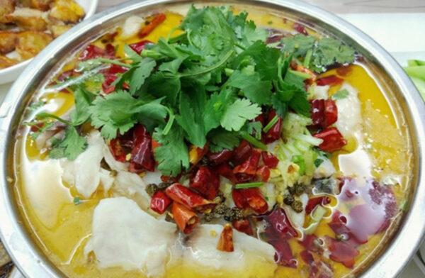 四川男吃自製「酸菜魚」 肝臟遭蟲子「掏空」