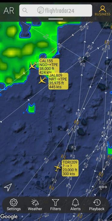 台湾民众紧盯日本航空JL809运送疫苗往台湾的航程,有航空迷发现TORI209小螺旋桨飞机为美国侦察机跟随在旁。(翻摄网站flightradar24)