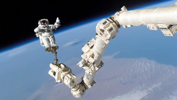 太空垃圾撞上國際空間站 機械臂撞出洞