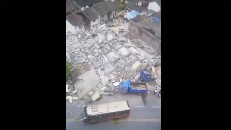 湖南省7层居民楼突然垮塌倒地 伤亡不明(视频)