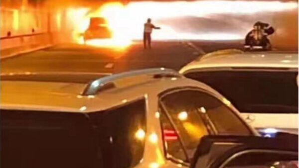 網曝上海隧道轎車起火 女子慘叫直至無聲 沒人敢救