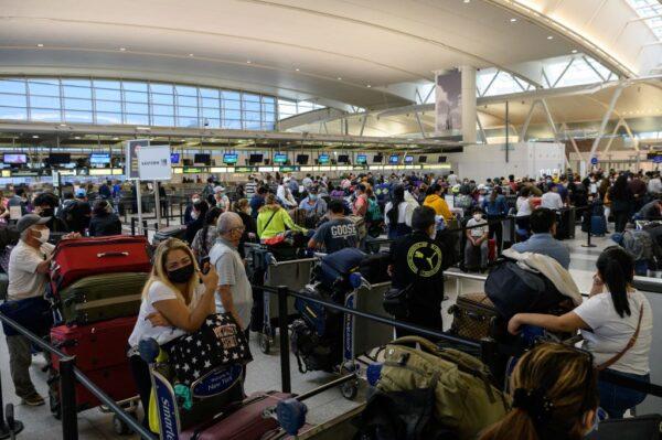 悶太久了!美國連假湧現旅遊人潮 機場大排長龍