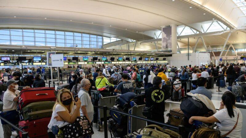 闷太久了!美国连假涌现旅游人潮 机场大排长龙