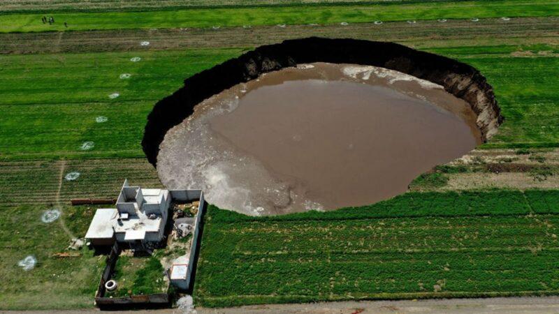 墨西哥惊现巨大天坑 每天扩大几十米 恐吞噬房屋