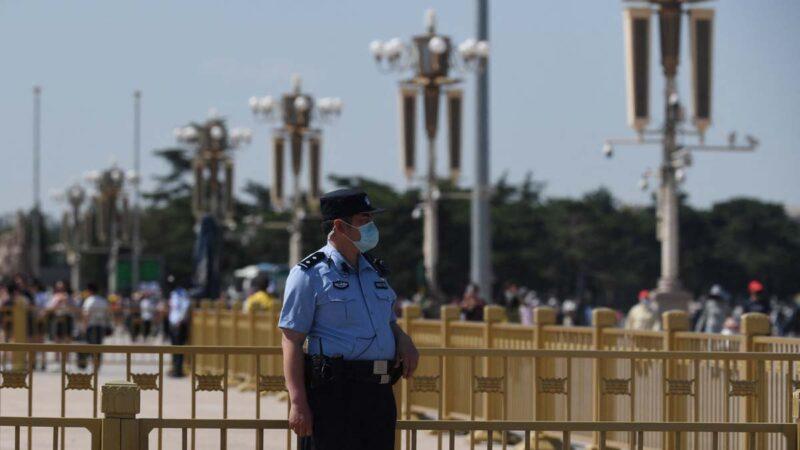 北京一輛公交配六名保安 中共百年慶草木皆兵
