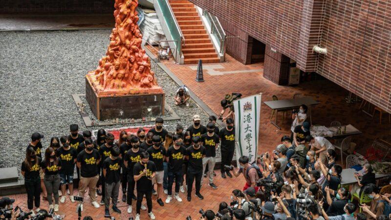 """组图:香港大学生悼念六四 洗刷""""国殇之柱"""""""
