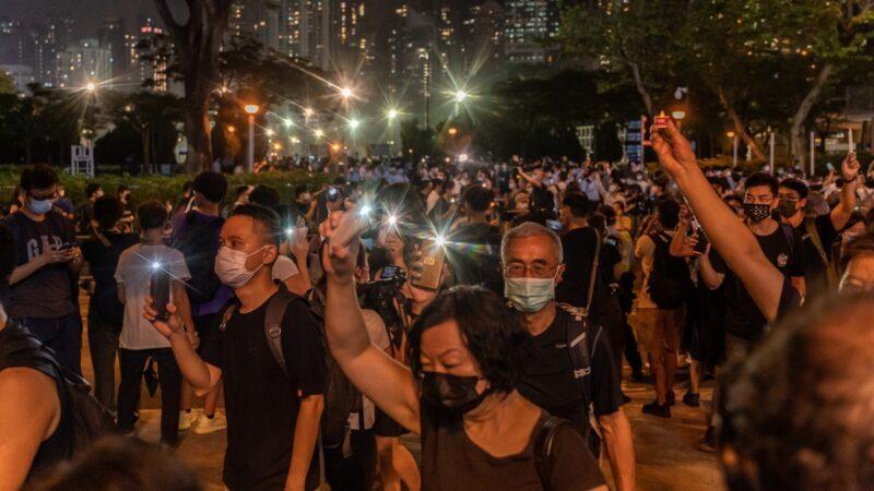 组图:无惧港警镇压 六四烛光照亮香港