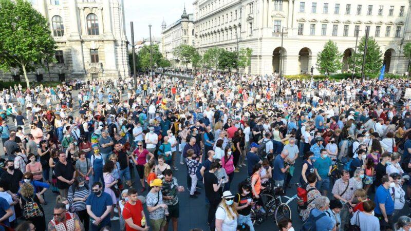 不要复旦 匈牙利首都万人上街抗议