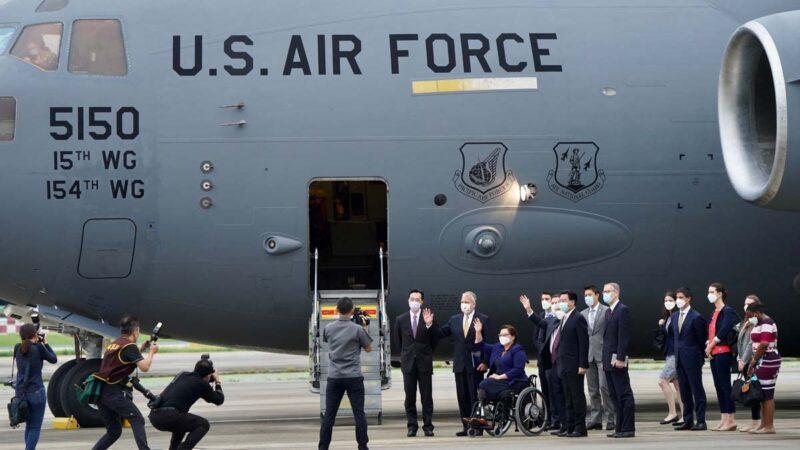 美議員乘軍機訪台再踩紅線 北京迴避話題不提開戰