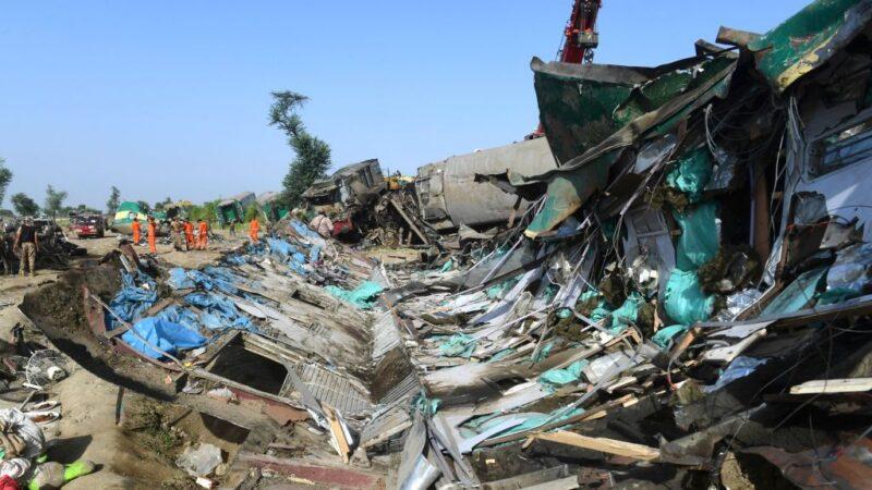 巴基斯坦南部火車追撞慘烈 至少63死