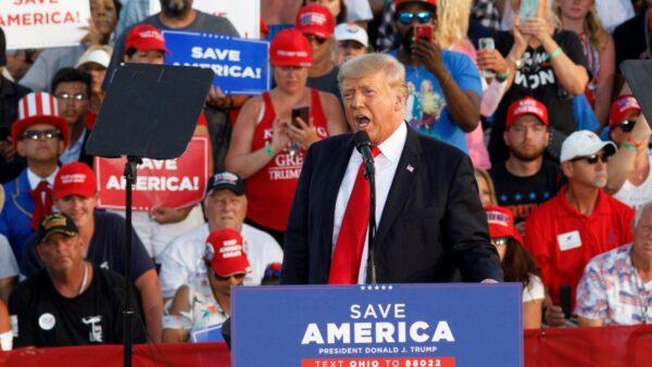 川普打響中期選舉戰 支持者露營會場外數天聲援