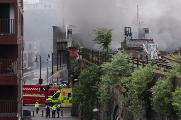 伦敦象堡地铁站大火 瞬间爆炸画面直击