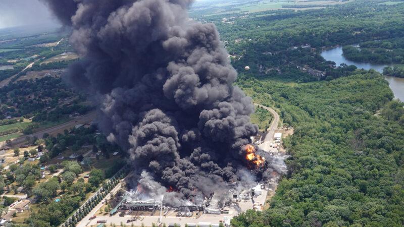 美伊利諾伊州化工廠爆炸 火光沖天黑煙密佈