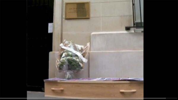 中使馆遭记者组织抬棺抗议 紧闭大门放警报干扰