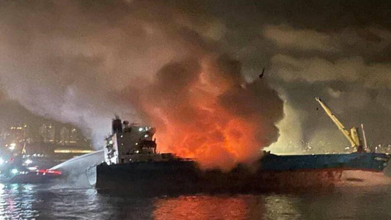 香港昂船洲货船烧15小时 浓烟传10余公里外